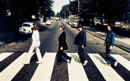 Los Beatles cruzando la famosa calle de Londres.