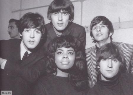 The Beatles en el backstage del Gaumont Cinema, con la cantante Lary Wells.